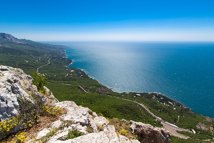ファイル:Crimean Mountains and the Black Sea 16741078326.jpg